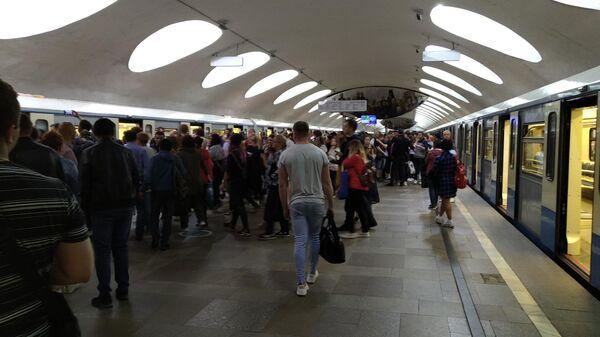 Пассажиры на станции Отрадное Московского метрополитена во время аварии на Серпуховско-Тимирязевской линии. 23 мая 2019