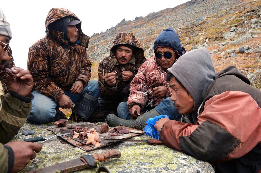 Охотники во время обеда на побережье Берингова моря