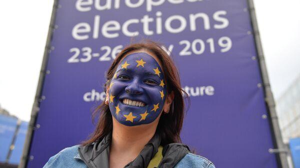 Девушка возле штаб-квартиры Европарламента в Брюсселе