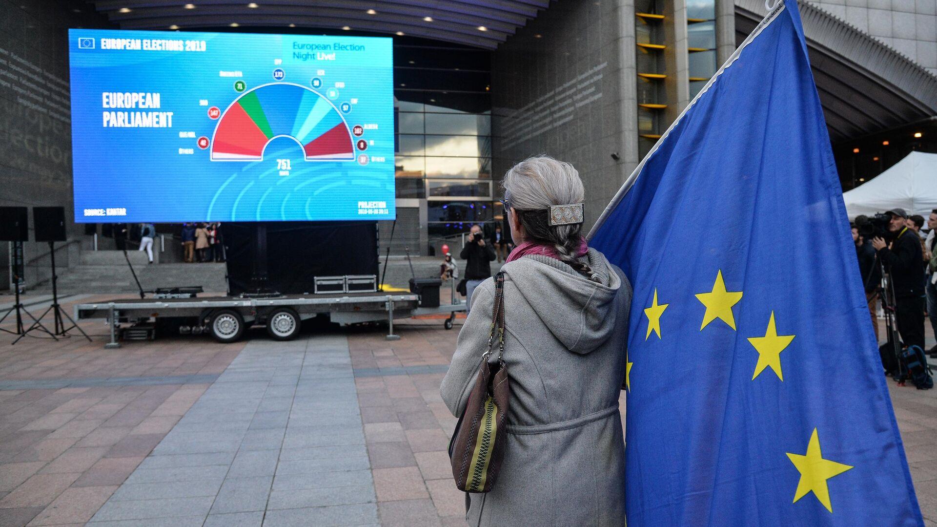 Женщина с флагом ЕС у штаб-квартиры Европпарламента в Брюсселе - РИА Новости, 1920, 22.02.2021