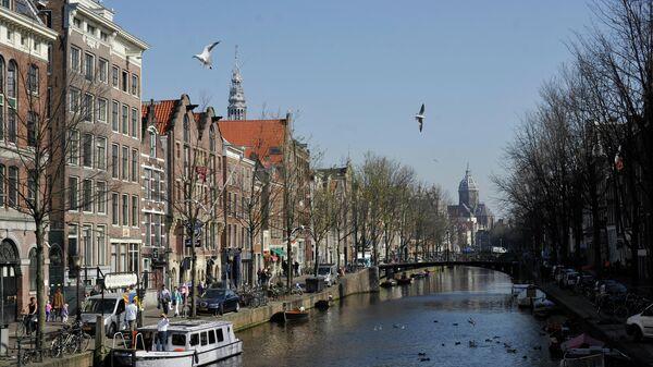 Вид на один из каналов в Амстердаме
