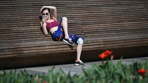 Девушка на Крымской набережной в Москве