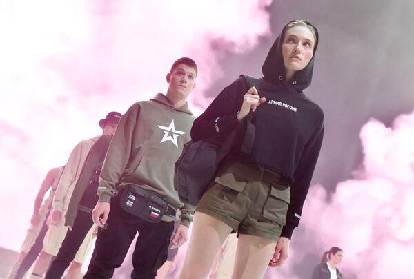 Модели демонстрируют одежду из новой коллекции компании Black Star Wear совместно с сетью магазинов Армия России