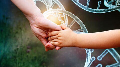 Руки матери и ребенка