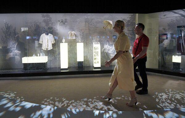 Посетители осматривают экспозицию Музея русского зарубежья в Москве