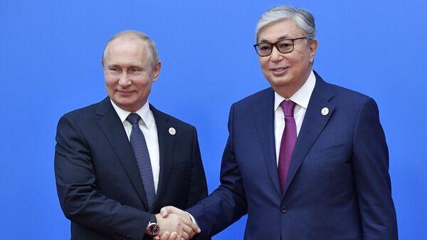 Президент РФ Владимир Путин и президент Казахстана Касым-Жомарт Токаев на церемонии приветствия глав делегаций государств - участников Высшего Евразийского экономического совета в Нур-Султане.