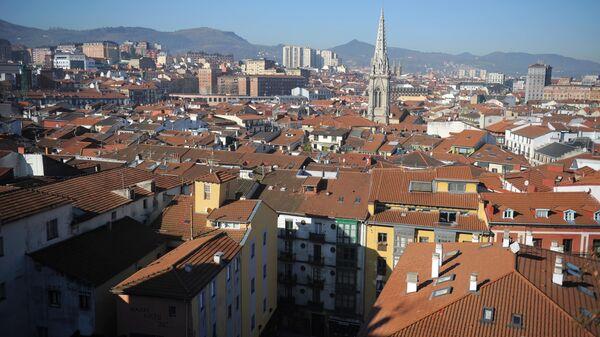 Вид на Старый город и базилику Сантьяго в Бильбао