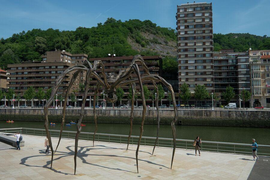 Скульптура Гигантский паук у входа в музей Гуггенхайма в Бильбао