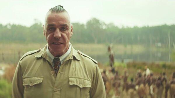 Кадр из видео группы Rammstein на песню Ausländer (Иностранец)