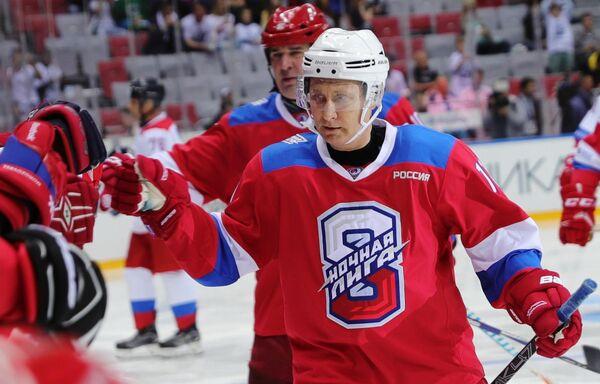 Президент РФ Владимир Путин приветствует игроков после перерыва в гала-матче Ночной хоккейной лиги в ледовом дворце Большой в Сочи