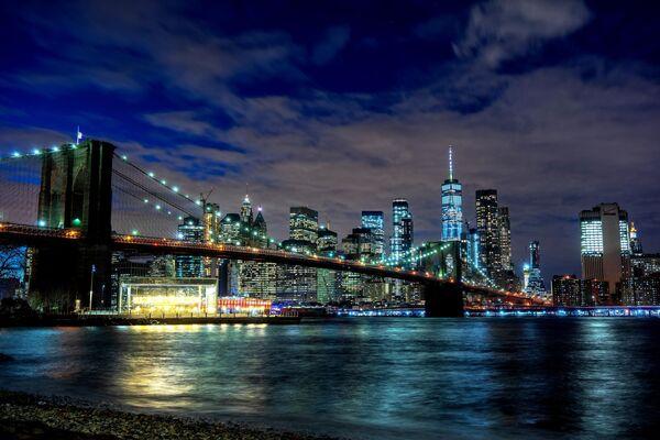 Вид на ночной Нью-Йорк и Бруклинский мост
