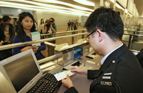 Паспортный контроль в аэропорту Гонконга