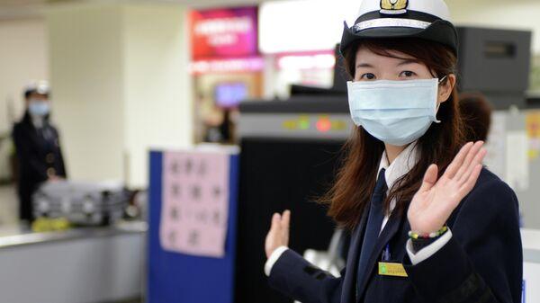 Сотрудница таможенной службы в аэропорту Суньшань в Тайбэе