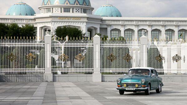 Председатель правительства РФ Дмитрий Медведев и президент Туркменистана Гурбангулы Бердымухамедов во время автомобильной прогулки по Ашхабаду