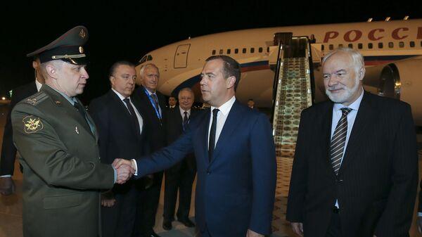 Председатель правительства РФ Дмитрий Медведев и посол РФ в Туркменистане Сергей Блохин  во время встречи в аэропорту Ашхабада. 30 мая 2019