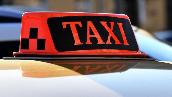 Световой короб на крыше автомобиля такси