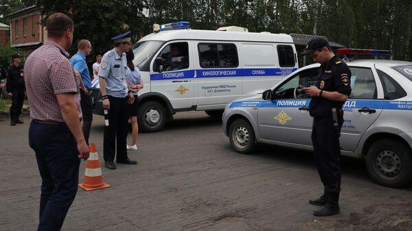 Сотрудники полиции и кинологической службы неподалеку от завода Кристал в Дзержинске. 1 июня 2019