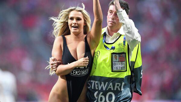 Кинси Волански, выбежавшая на поле во время финального матча Лиги чемпионов