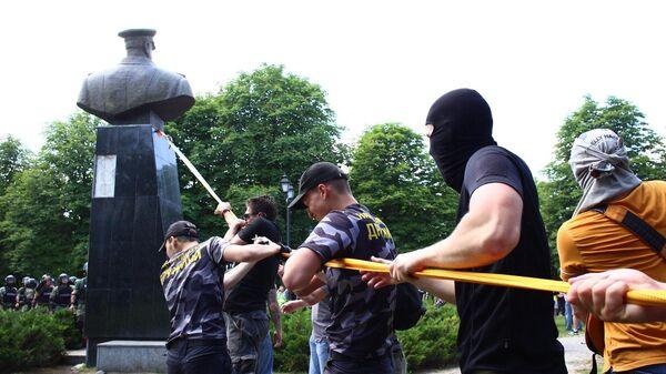 Представители националистических организаций с помощью троса пытаются повалить бюст маршала Георгия Жукова в Харькове возле Дворца спорта. 2 июня 2019
