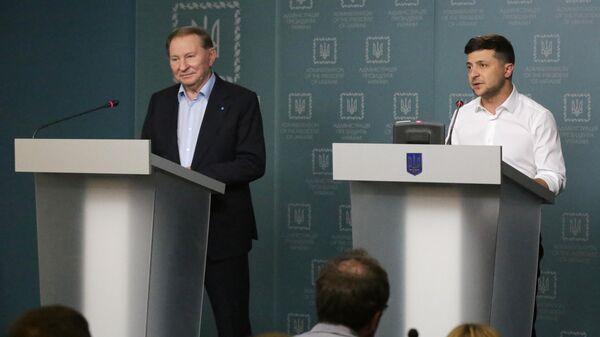 Президент Украины Владимир Зеленский и бывший президент Украины Леонид Кучма во время совместного брифинга в Киеве