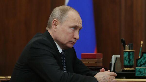 Президент РФ Владимир Путин во время встречи с министром экономического развития РФ Максимом Орешкиным. 3 июня 2019