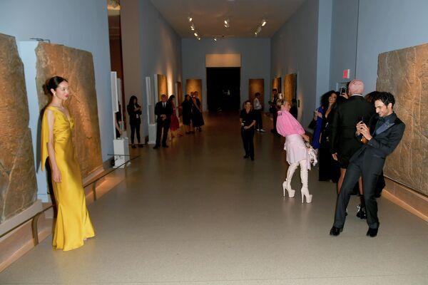 Модель Фей Фей Сан и модельер Зак Позен на церемонии вручения премии Совета модельеров Америки