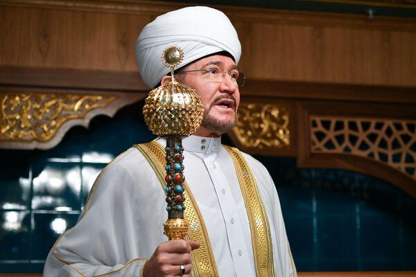 Председатель Совета муфтиев России и духовного управления мусульман РФ Муфтий шейх Равиль Гайнутдин во время намаза в день праздника Ураза-байрам в Соборной мечети в Москве.