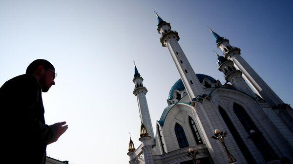 Верующий во время намаза в день праздника Ураза-байрам у мечети Кул-Шариф в Казани