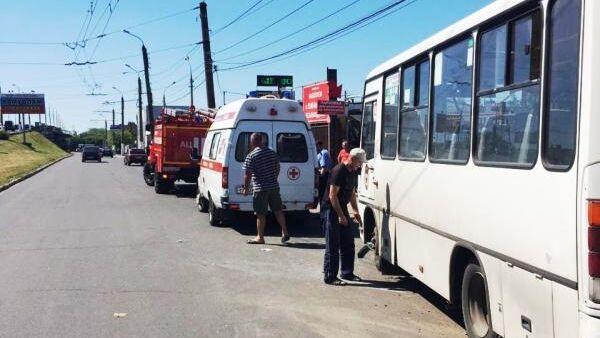 Сротрудники МЧС РФ на месте ДТП на улице Коминтерна в Твери