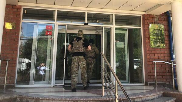 Сотрудники спецслужб во время мероприятий по задержанию руководителя Управления Росреестра по Республике Дагестан Сафиюла Магомедова