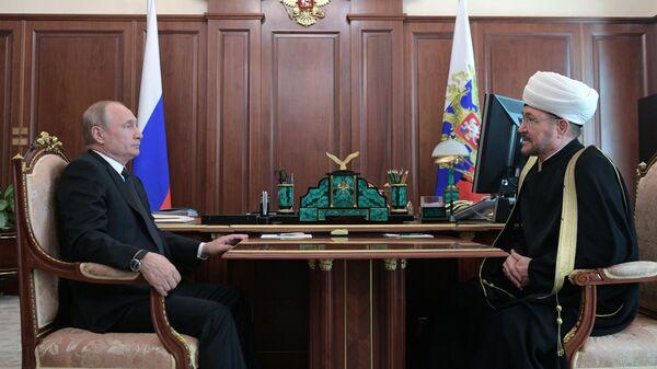 Президент РФ Владимир Путин встретился с главой Совета муфтиев России и духовного управления мусульман РФ Равилем Гайнутдином. 4 июня 2019