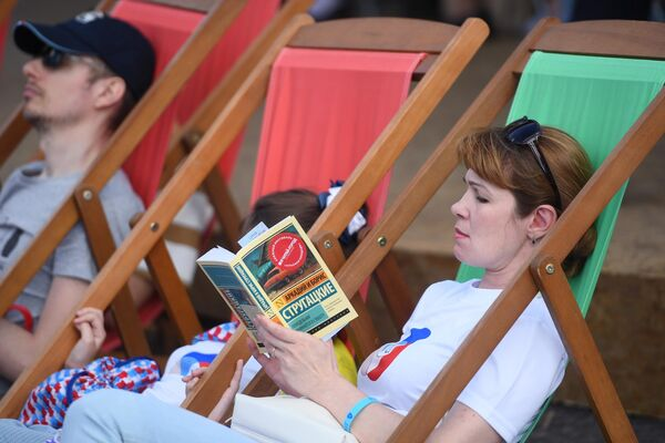 Посетители книжного фестиваля на Красной площади в Москве