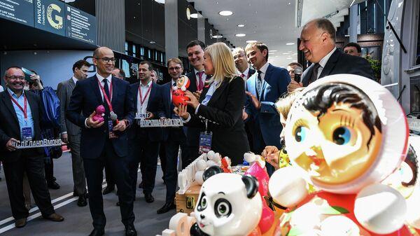 Глава Удмуртии Александр Бречалов (слева на первом плане) на Петербургском международном экономическом форуме 2019 (ПМЭФ-2019)