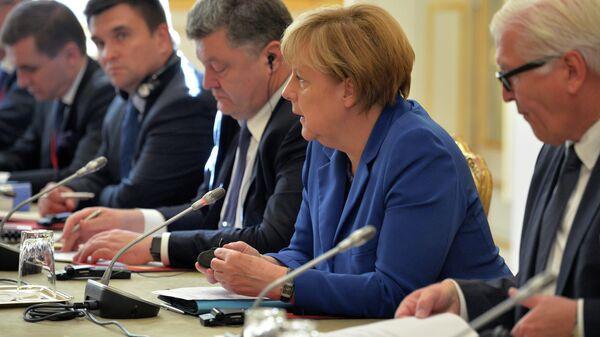 Федеральный канцлер Германии Ангела Меркель и президент Украины Петр Порошенко во время встречи лидеров Нормандской четверки в Париже. 2 октября 2015