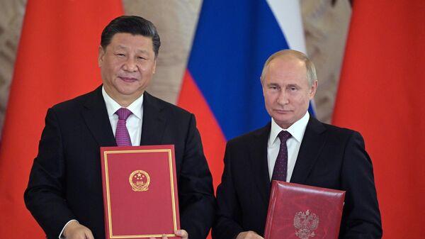 Президент РФ Владимир Путин и председатель Китайской Народной Республики Си Цзиньпин на церемонии подписания совместных документов по итогам российско-китайских переговоров в Кремле. 5 июня 2019