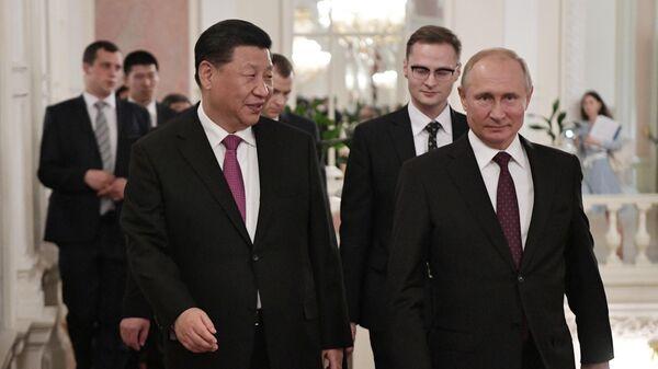 Президент РФ Владимир Путин и председатель Китайской Народной Республики Си Цзиньпин на торжественном вечере, посвященном 70-летию установления дипломатических отношений между Россией и КНР
