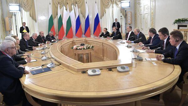 Президент РФ Владимир Путин и президент Болгарии Румен Радев во время встречи на полях Петербургского международного экономического форума