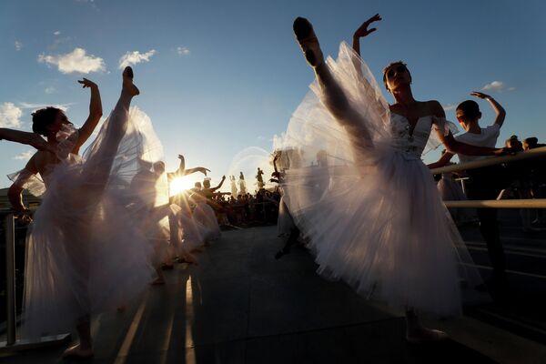 Урок балета на открытом воздухе во время фестиваля Праздники мирового балета в Москве
