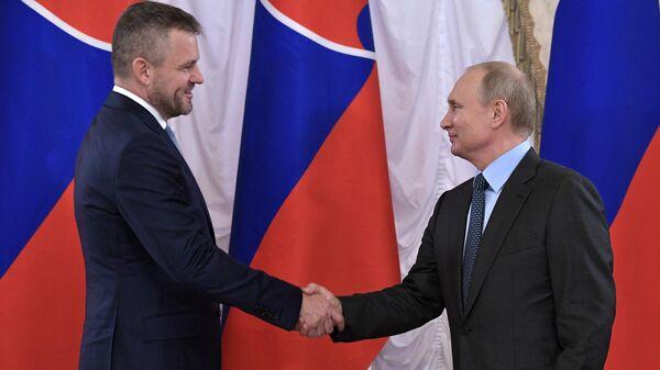 Президент РФ Владимир Путин и премьер-министр Словакии Петер Пеллегрини во время встречи на полях Петербургского международного экономического форума 2019