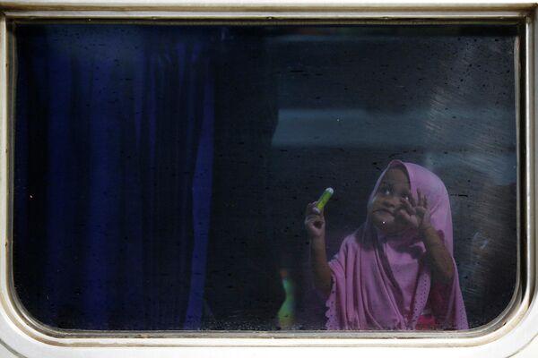 Девочка в поезде идущем в Пурвокерто, Индонезия