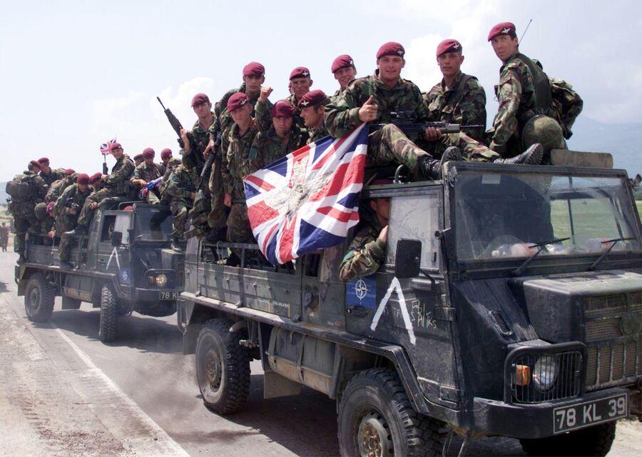 Британские солдаты по дороге к аэропорту Слатина. 12 июня 1999