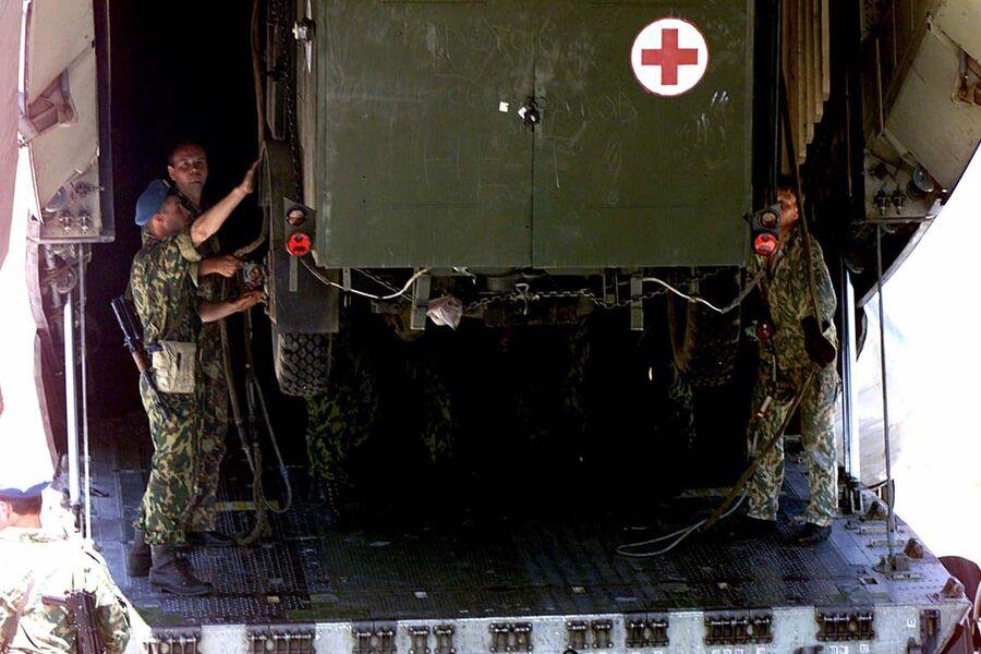 Российские солдаты выгружают транспортное средство из грузового самолета на территории удерживаемого аэропорта Слатина в Приштине