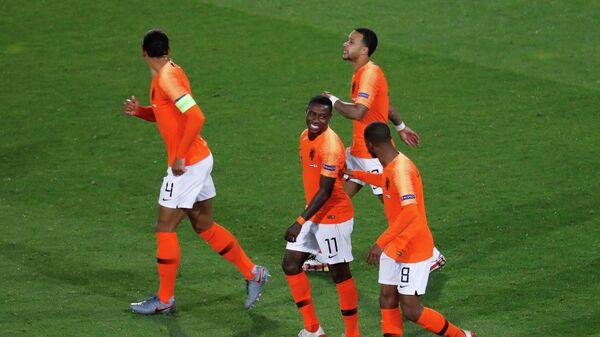 Футболисты сборной Нидерландов радуются голу в ворота сборной Англии