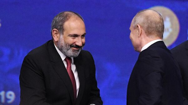 Владимир Путин и премьер-министр Армении Никол Пашинян после окончания пленарного заседания ПМЭФ-2019 в конгрессно-выставочном центре Экспофорум
