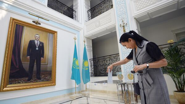 Женщина голосует на внеочередных выборах президента Казахстана в посольстве Казахстана в Москве. 9 июня 2019