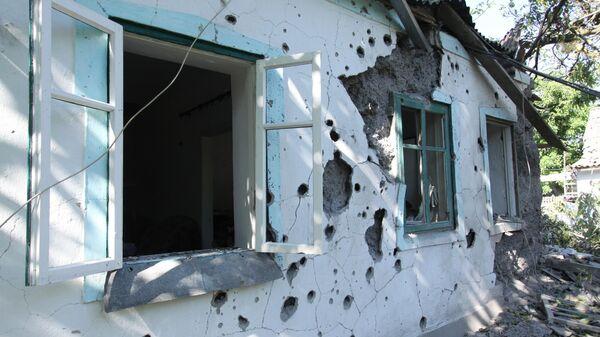Жилой дом в Донецкой области, пострадавший в результате обстрела