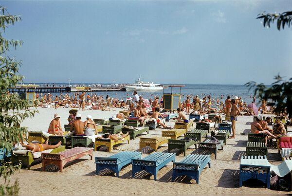 Украинская ССР. г.Одесса. На пляже в Лузановке