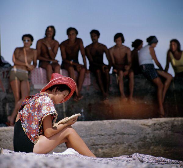 Украинская ССР. Юноши и девушки, отдыхающие в Международном молодежном лагере Спутник в Крыму, на городском пляже Гурзуфа