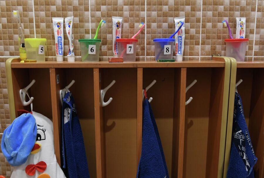 Свою зубную щетку и полотенце незрячие воспитанники находят по барельефам на шкафчиках