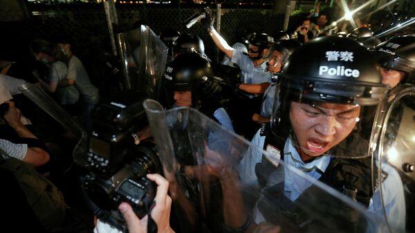 Полиция оттесняет демонстрантов во время акции протеста в Гонконге